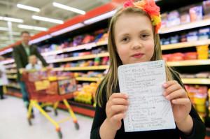 Kuusivuotias Minttu ostoksilla isänsä kanssa.