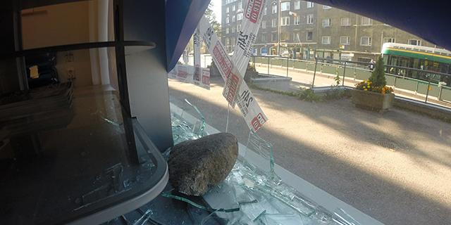 Ikkuna rikottiin syyskuussa kivenmurikalla.