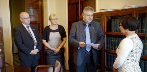Perussuomalaisten kansanedustajat Ismo Soukola(oik) ja Pirkko Mattila ja eduskuntaryhmän puheenjohtaja Jari Lindström luovuttavat välikysymyksen eduskunnan kansliaan
