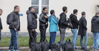 Savio: Kielteisen turvapaikkapäätöksen saaneet suljettava palautuskeskuksiin