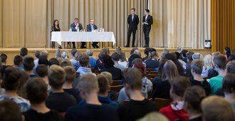 Nuoret PS-kansanedustajat lukiovierailulla Porissa – Elo krittinen pakkoruotsille, Elovaara EU:lle