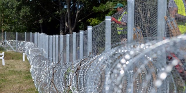 LKS 20160826 - ATT13135; (FILES) This file photo taken on May 31, 2016 shows Hungarian prisoners prepare a new part of fence near Asotthalom village, Hungary, as Hungary bolsters anti-migrant fence on Serbia border following an increase in arrivals after the evacuation of Idomeni camp on the Greece-Macedonia frontier. Hungarian Prime Minister Viktor Orban said Friday a second fence line will be built on the country's southern border with Serbia, capable of stopping any new wave of migrants toward the EU. / AFP / Csaba SEGESVARI - LEHTIKUVA / AFP