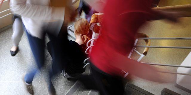 LKS 20130917 // LKS 20110621 Tyttö istuu yksin Meilahden yläasteella Helsingissä 11. toukokuuta 2009. ... A girl sitting alone in school in Meilahti secondary school.. LEHTIKUVA / MARTTI KAINULAINEN