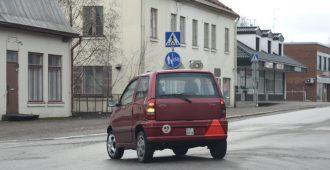Perussuomalaisten Ronkainen ja vasemmistoliiton Myllykoski: Kevytauto turvallisempi vaihtoehto mopoille ja mopoautoille