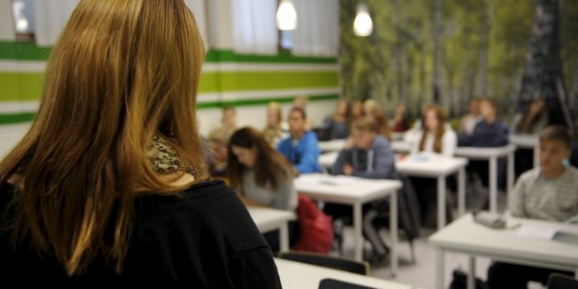 LKS 20150205 - LKS 20140811 - LKS 20131208 Opettaja opettaa oppilaita kahdeksasluokkalaisten yhdistetyllä uskonnon ja elämänkatsomustiedon tunnilla Kulosaaren yhteiskoulussa Helsingissä 23. lokakuuta 2013. LEHTIKUVA / MILLA TAKALA