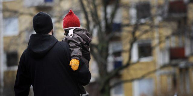 LKS 20110108 - Isä ja lapsi ulkoilemassa. ... Father and child outdoors. LEHTIKUVA / MIKKO STIG