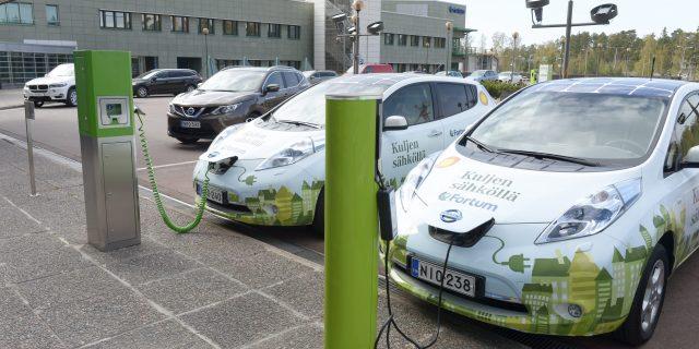 LKS 20140530 Sähköautoja Fortumin edustalla 29. huhtikuuta 2014.  Fortum julkisti vuoden 2014 ensimmäisen neljänneksen tuloksensa. LEHTIKUVA / MARTTI KAINULAINEN