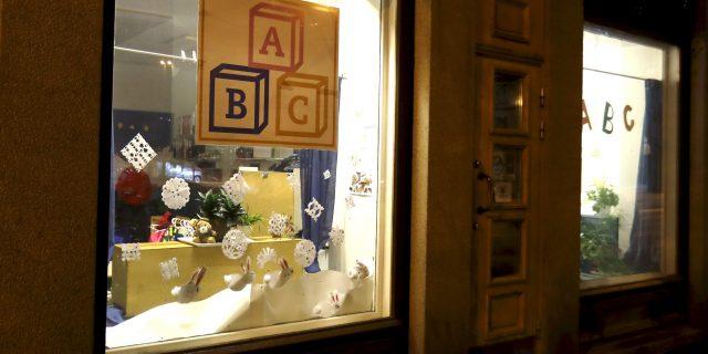 LKS 20170111 LKS 20170110 Yksityinen päiväkoti ABC Tampereella Pyynikintorilla tiistaina illalla 10. tammikuuta 2017. Tampereen kaupunki aikoo siirtää lapset pois yksityisestä ABC-Päiväkodista. Päiväkodissa on 23 lasta, joiden perheet voivat halutessaan vaihtaa uuteen päiväkotiin huomisesta alkaen. Päiväkotiyrittäjä on vuonna 2010 saanut sakot lapsipornon hallussapidosta. Kaupunki edellytti tämän jälkeen, että yrittäjä ei toimi lapsiryhmässä yksinään. Joulukuussa tehdyllä valvontakäynnillä kävi ilmi, että yrittäjä ei noudattanut sovittua. LEHTIKUVA / KALLE PARKKINEN