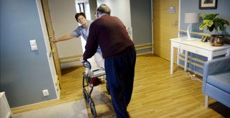 """Juvonen: Uunituore vanhustenhoidon laatusuositus vaatii heti korjaukset – """"Hoitajille hoitajien tehtävät"""""""