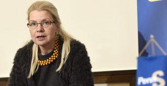 """Leena Meri työttömiä syväkyykyttävälle työministeri Lindströmille: """"Kuka pakottaa ministerin tuomaan huonon esityksen?"""""""