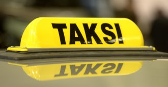 Kela-taksien palvelutaso puhututtaa – taksifirma puolustautuu: Kela saa mitä on tilannut