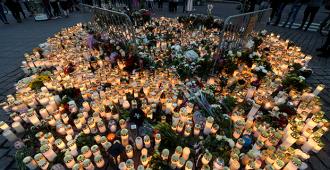 Turussa useita mielenilmauksia terrori-iskun vuosipäivänä, osallistujia haalitaan bussikuljetuksilla ja venäjänkielisillä tiedotteilla – poliisilla edessään työntäyteinen päivä