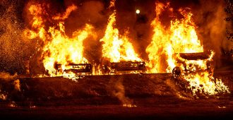 """Ruotsidemokraattien Jimmie Åkesson tuhopoltoista: """"Ei ole kyse siitä, että muutama kundi polttaa pari autoa, koko maa on menossa säpäleiksi"""""""