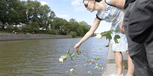 Terrori-iskua muistettiin Turussa, mutta kukkien laskua Aurajokeen häiritsi anarkistien rummutus ja mölinä