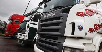 """Poliisi vatvoi asiaa kaksi vuotta – """"Scania täräyttää vain kerran""""-kyltin heiluttelu ei ollut rikos"""