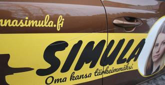 """Jenna Simulan auton kylki naarmutettiin – """"Luulisi, että sivistyneessä yhteiskunnassa saisi tehdä vaalikampanjaa rauhassa ilman, että omaisuutta tuhotaan"""""""