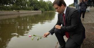 Terrori-iskua muisteltiin sateisessa säässä – kansanedustaja Vilhelm Junnila puhui kyyneleistä Turun kasvoilla