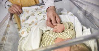 """Koronan takia isät ulos sairaalasta synnytyksen jälkeen – Simula: """"Perheiden tuesta huolehdittava riittävin resurssein"""""""