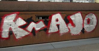 """Mannerheim-junavaunun kylkeen tuherrettu teksti näyttää viittaavan punkbändiin, joka kannustaa """"Street Teamiaan"""" töhrimiseen"""