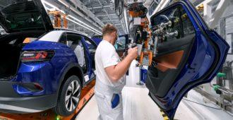 Sähköauton valmistuksen päästöt lähes kaksinkertaiset polttomoottoriautoon – käytön ekologisuus riippuu sähkön tuotantotavasta
