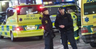 Nyt oli lähtö lähellä: Kivi moottoritien ylikulkusillalta ambulanssin katolle Tukholmassa – kyydissä kriittisessä tilassa oleva potilas