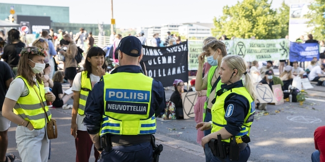 """Poliisi suojelee mielenosoittajia: Miksi tämän ryhmän edessä ollaan rähmällään? – """"Sydänpysähdyksen saaneet joutuvat hengenvaaraan"""""""